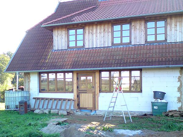 Klaber (Mecklenburg-Vorpommern) Wohnhaus mit Fenstern nach außen öffnend und Klöntür Holzart Eiche, Winkelbänder