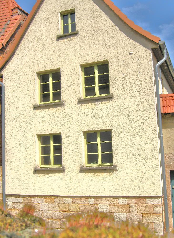 Bad Bibra Bauernhaus: Neue Holzfenster mit profilierten Glasleisten und Sprossen mit Leinölfarbe behandelt.